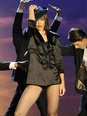 Katie Holmes deixa as pernas de fora em sua performance de 'Get Happy'