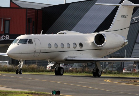 Tom Cruise, Suri e Katie Holmes viajam de jatinho para a Austrália.